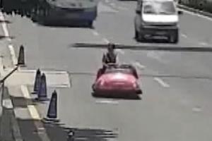 놀이공원 범퍼카 타고 도로 질주한 여성