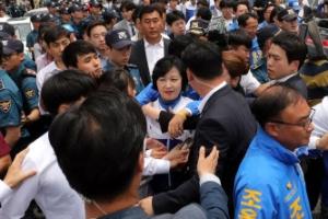[포토] '항의시위에 유세장 떠나는' 추미애 대표