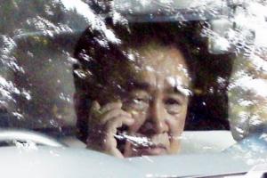 [포토] '호텔 나서며 심각한 통화중' 김창선 북한 국무위원회 부장