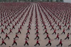 학생 2만 명이 만들어낸 소름 돋는 '쿵후' 군무