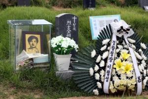 6·10항쟁 31주년…이한열 열사 묘소에 놓인 경찰청장 화환