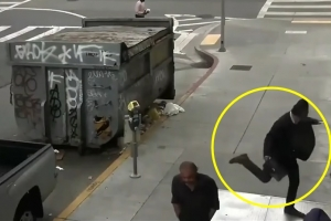 이유 없이 노숙자 폭행한 남성… 잔인하게 발로 차