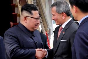 """김정은, 인민복 입고 싱가포르 도착…외무장관 """"입국 환영"""""""