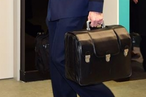 '핵가방' 갖고 간 트럼프… 김정은은?