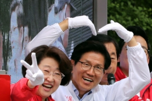 [포토] '하트 지지호소' 김문수 자유한국당 서울시장 후보