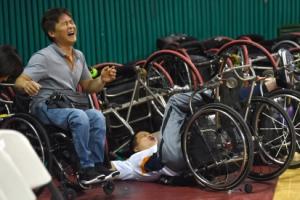 [서울포토] '빵 터진 몸개그'…유쾌한 휠체어 농구대회