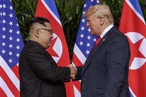 인민복 입은 김정은과 붉은 넥타이 맨 트럼프