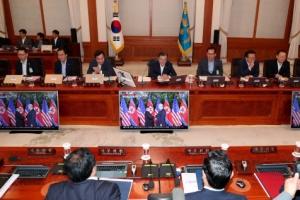 [서울포토] 북·미정상회담 지켜보는 문 대통령과 국무위원들
