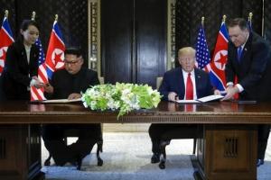 김정은-트럼프, 공동합의문 서명…안전보장, 비핵화 약속 담겼다