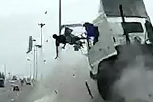 태국 고속도로서 아찔한 졸음운전 사고 포착