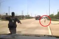 도로 뛰어놀던 아이 구한 경찰관 화제