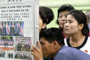 [포토] '북미정상회담' 기사보러 몰려든 평양 시민들