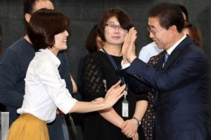 [포토] 다시 서울시청으로…박원순, 출근길 직원들과 반가운 인사