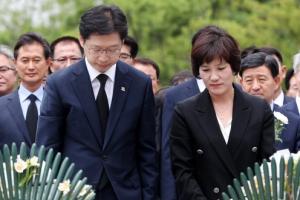 [포토] 당선 후 노무현 전 대통령 묘역 찾은 김경수