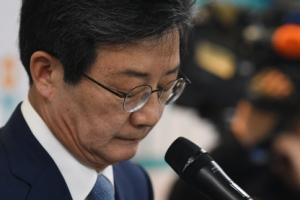 [서울포토] '바른미래당 대표직 사퇴'…고개 떨군 유승민