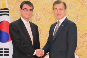 [서울포토] 고노 다로 일본 외무상 만난 문재인 대통령