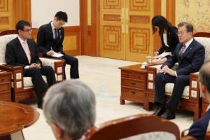 [서울포토] 문재인 대통령, 고노 다로 일본 외무상 접견