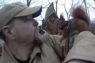 사람과 함께 길거리 산책하는 다람쥐 '틴틴'