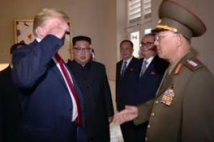 [포토] '엇갈린 인사' 트럼프 대통령-노광철 인민무력상