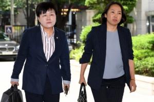 """안희정 첫 재판부터 공방…""""권력형 성범죄"""" vs """"위력 없었다"""""""