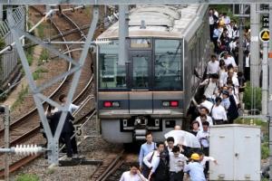 [포토] 일본 오사카 지진에 철길 걸어 출근하는 직장인들