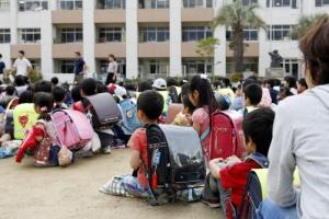 [포토] 일본 오사카 지진 대피…운동장에 옹기종기 모인 어린이들