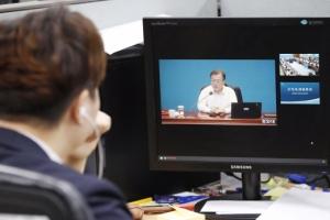 [서울포토] 생중계로 수석보좌관 회의 지켜보는 비서실 직원