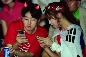 [서울포토] 월드컵 응원도 하고 스마트폰도 보고