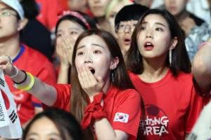 [서울포토] '제발!'… 열띤 응원 펼치는 붉은 악마들