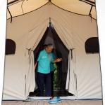 '가방 들고 야영장 텐트…