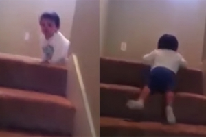 '이렇게 내려오는 거야'  계단 내려오기 2살배기 신동