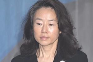 [서울포토] 굳은 표정으로 공판 출석하는 조윤선