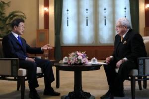 [서울포토] 러시아 방문 앞두고 합동 인터뷰하는 문 대통령