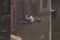 길거리서 담배 피우며 닭 손질하는 식당 직원