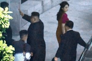 [포토] 中 베이징 북한대사관 방문한 김정은 위원장