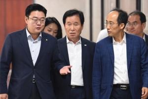 [서울포토] 자유한국당 초선모임 참석하는 의원들