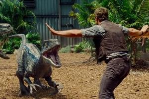 혀를 날름거리며 위협하는 '쥬라기 월드' 속 공룡들은 거짓?!