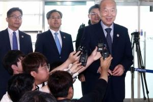 [서울포토] '남북 적십자회담' 떠나기전 취재진 질문에 답하는 남측 대표단