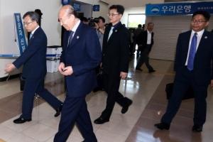 [서울포토] 오늘 남북 적십자회담…출경하는 남측 대표단
