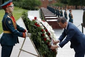 [포토] 러시아 무명용사의 묘 방문…헌화하는 문재인 대통령