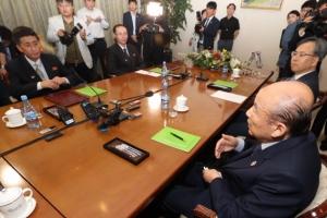 남북적십자회담 '8·15이산상봉' 담은 합의서 초안 교환