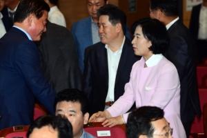 [서울포토] 6·13 지방선거 당선자들과 인사 나누는 추미애 대표