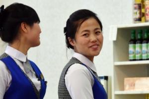 [서울포토] 수줍게 미소 짓는 북한 접대원들
