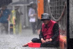 [한 컷 세상] 빗속 구걸하는 노숙인