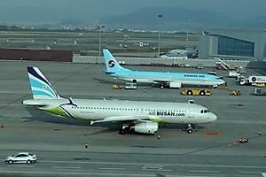 김해공항 출입국시스템 오류…항공기 잇단 지연 사태