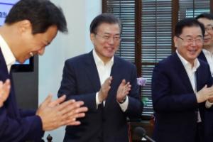 [서울포토] 박수 받으며 수석보좌관회의 입장하는 문 대통령