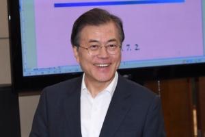 [서울포토] 문 대통령, 밝은 표정으로 수석·보좌관 회의 참석