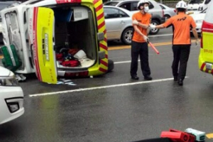 119구급차가 승합차에 받쳐…이송 중이던 응급환자 숨져