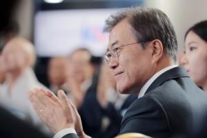 [서울포토] 경과보고 듣는 문재인 대통령
