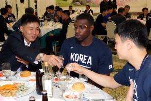 [서울포토] '건배'로 하나된 남북 농구 선수들
